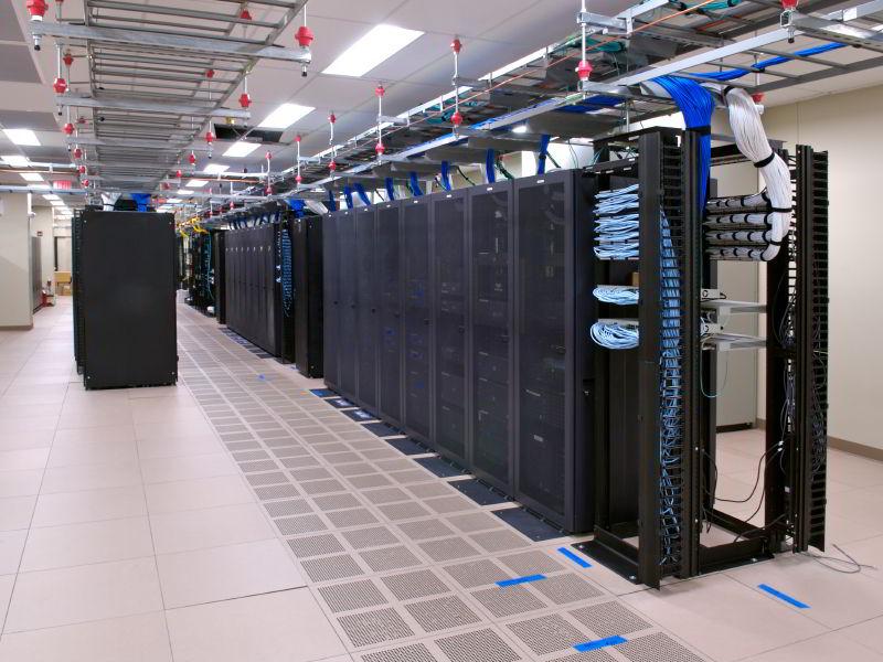 Серверная комната и компьютер-сервер